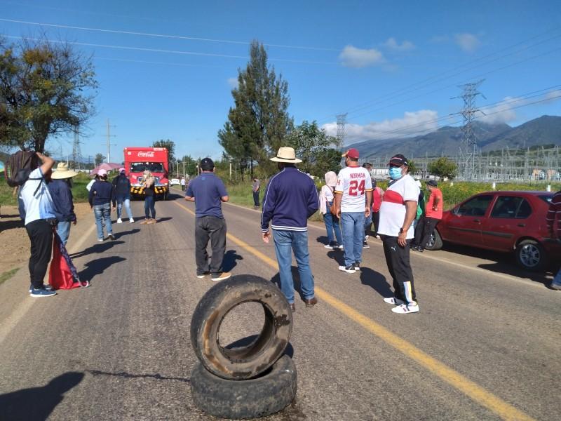 CNTE bloquea carretera Zamora-Morelia en la desviación a Purépero