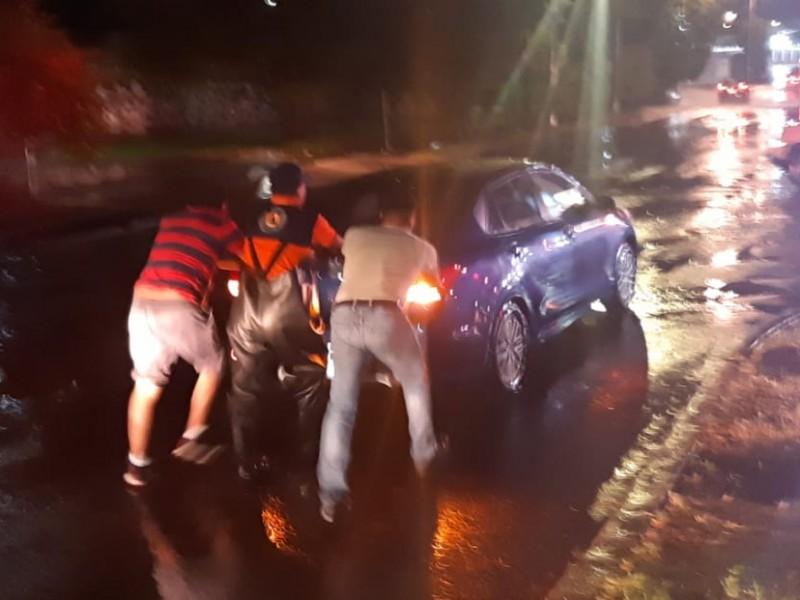 Coche se queda varado en Prol. Reforma tras fuerte lluvia