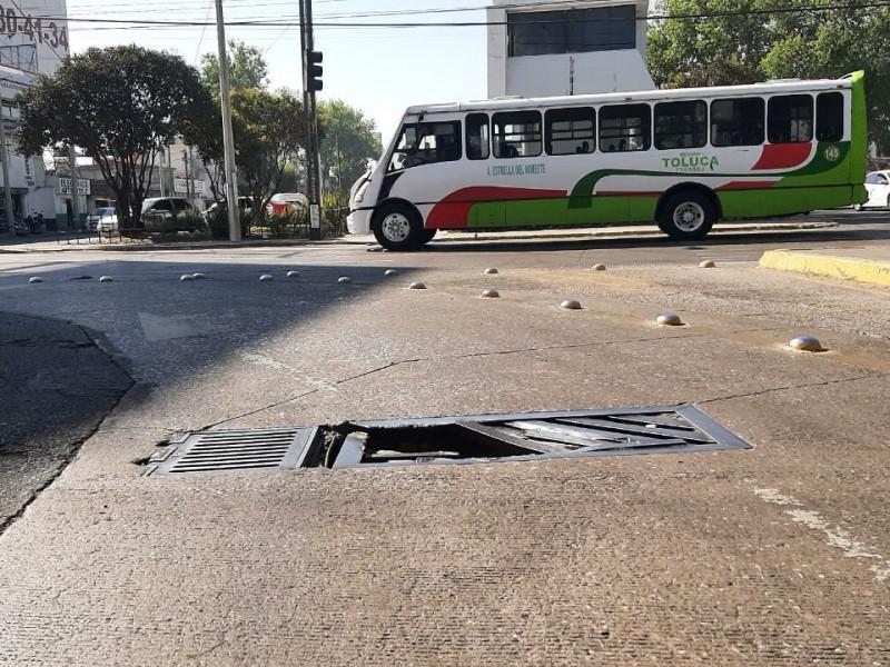 Coladera rota en Metepec pone en riesgo a automovilistas