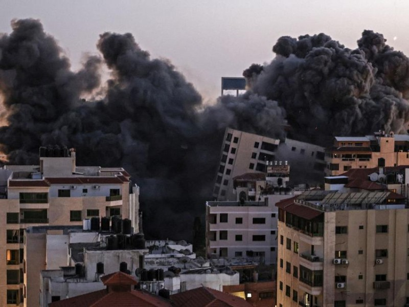 Colapsa edificio de 13 pisos en Gaza tras bombardeo