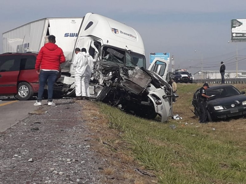 Colapsa la 57 por brutal accidente