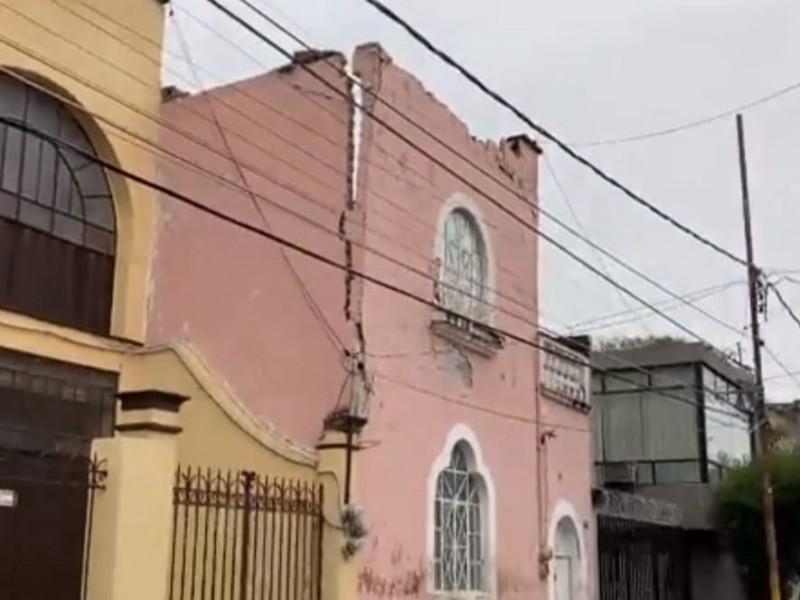 Colapsa la fachada de una casa en la 20 Oriente