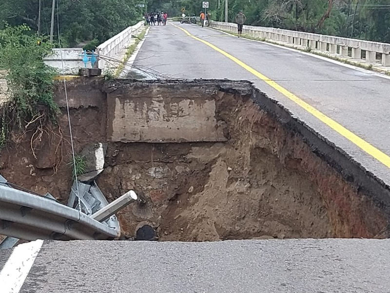 Colapsa puente en Petatlán; no hay paso en la Acapulco-Zihuatanejo