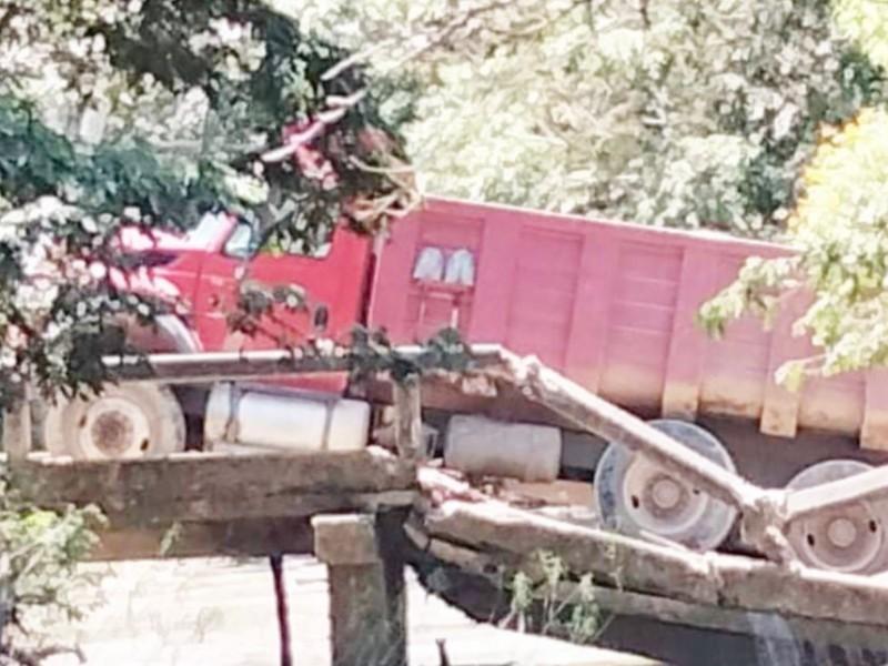 Colapsa Puente vehicular en sierra de Tecpan