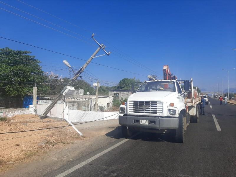 Colapsan 4 postes por accidente vial en Tehuantepec