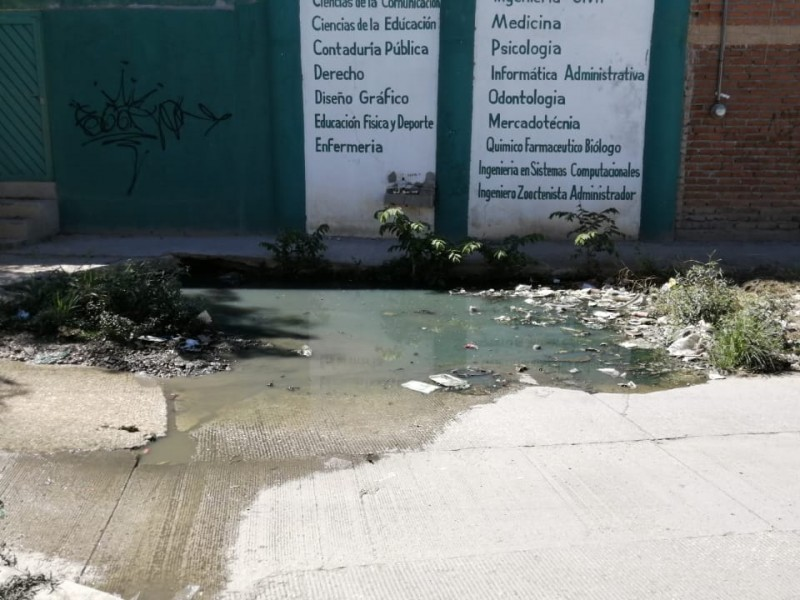 Colapso de drenaje sin resolver frente a universidad privada