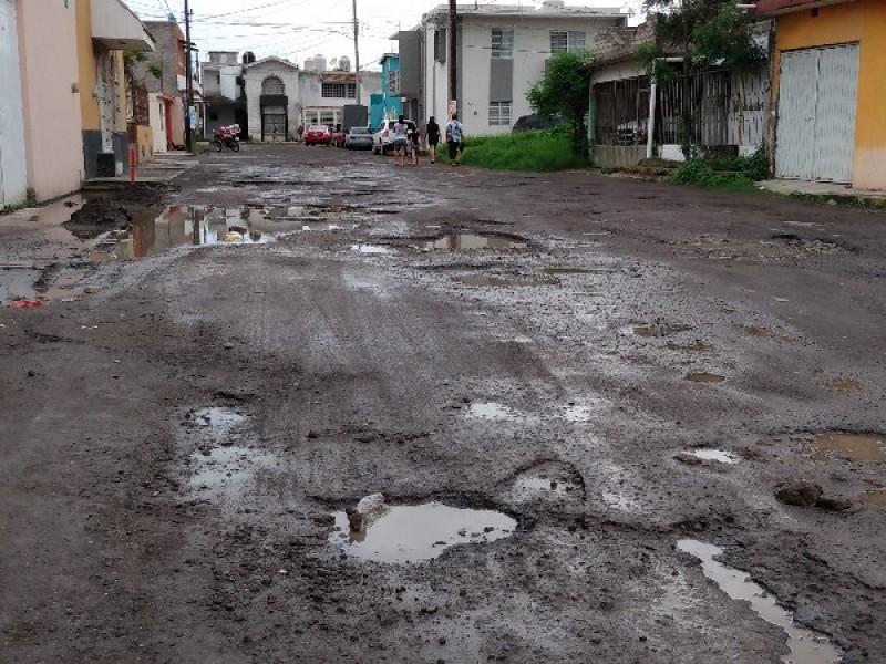 Colapso de drenaje y transporte destruyeron calle