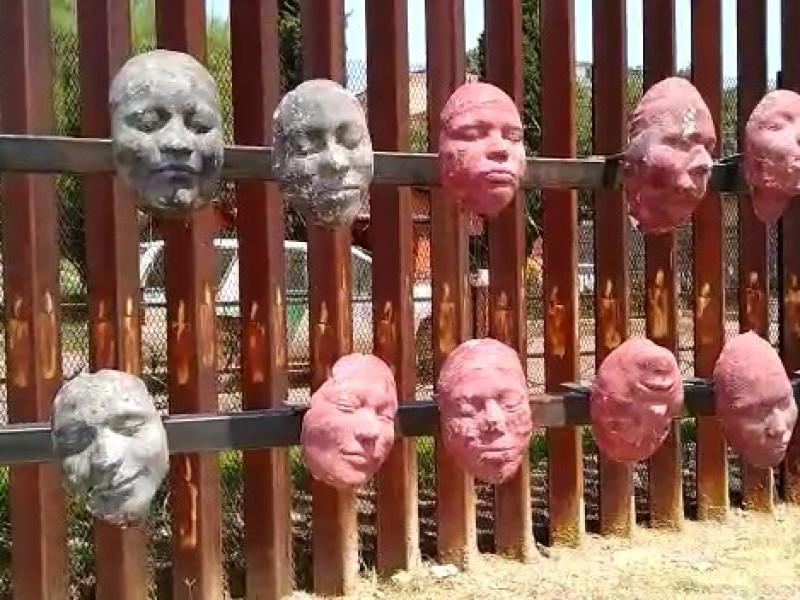 Colocan frente a muro fronterizo obra Tzompantli Migratorio