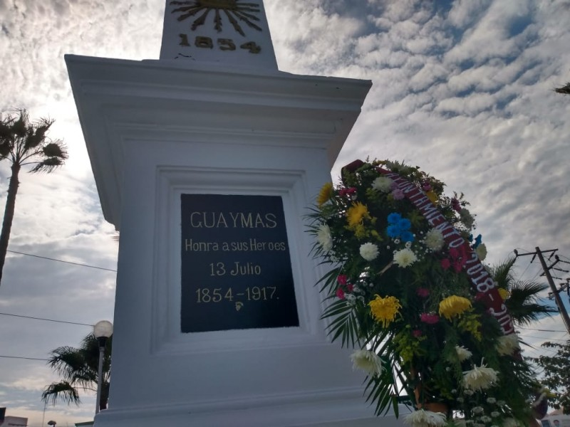 Colocan ofrenda floral en Obelisco