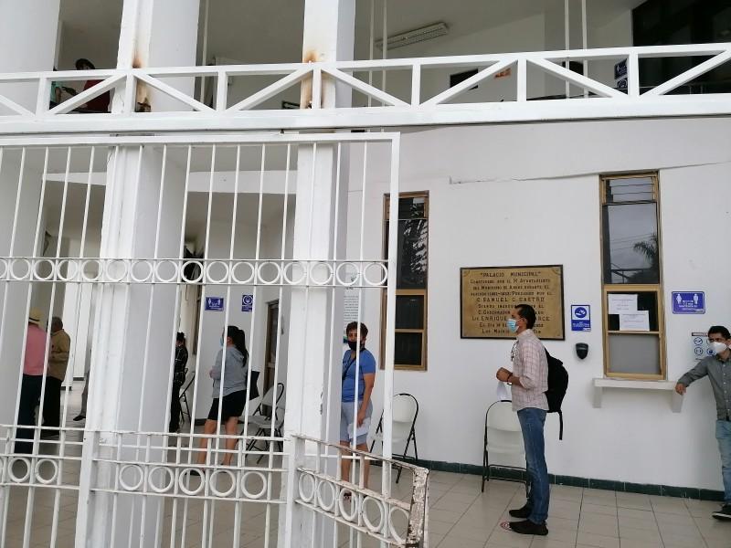 Colocan puertas a la entrada del Palacio Municipal de Ahome