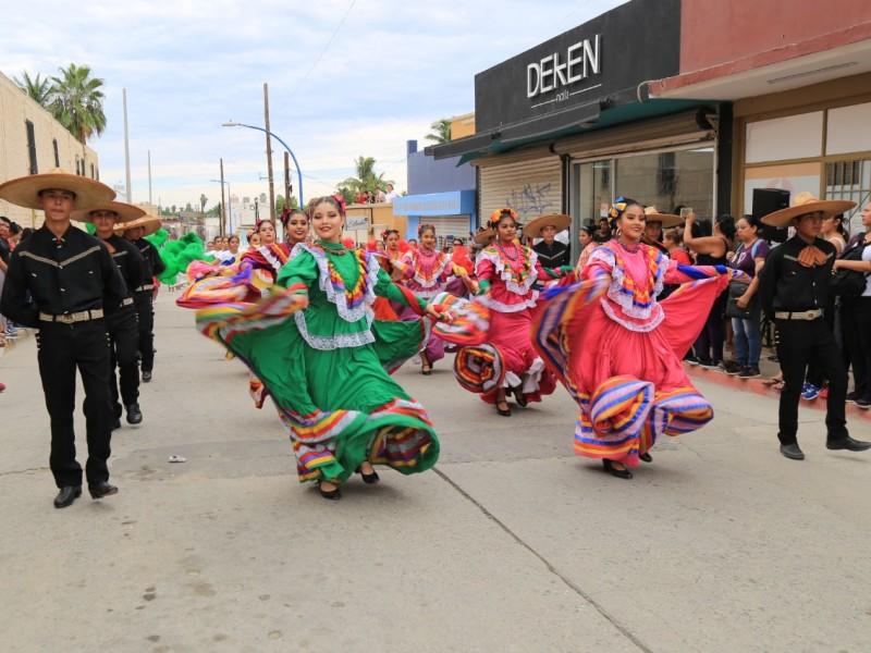 Colorido desfile por aniversario de la Revolución Mexicana