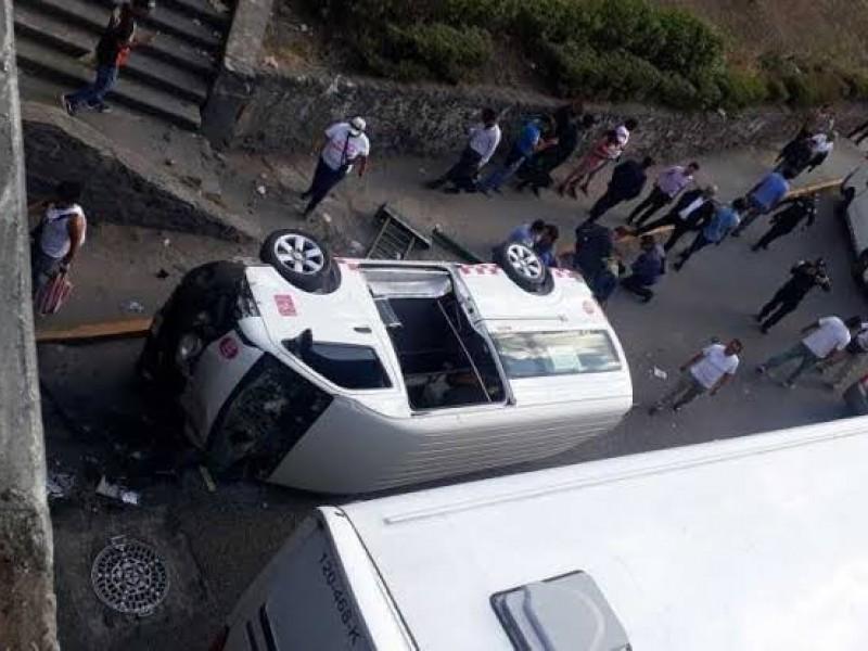 Combi cae de puente del Periférico en Naucalpan