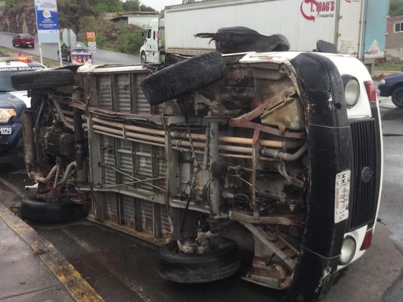 Combi volcó en Pirineos y no hubo lesionados