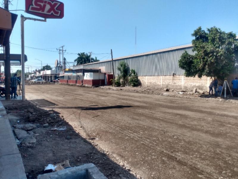 Comerciante invade calle en Estación Bamoa, Guasave