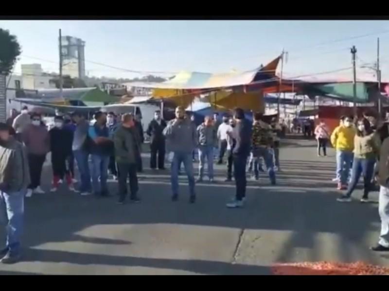 Comerciantes del Tianguis de los Lavaderos agreden a policías