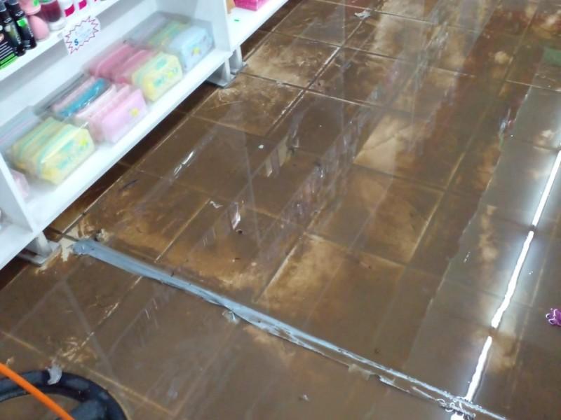Comerciantes resultan afectados por inundaciones en sus locales