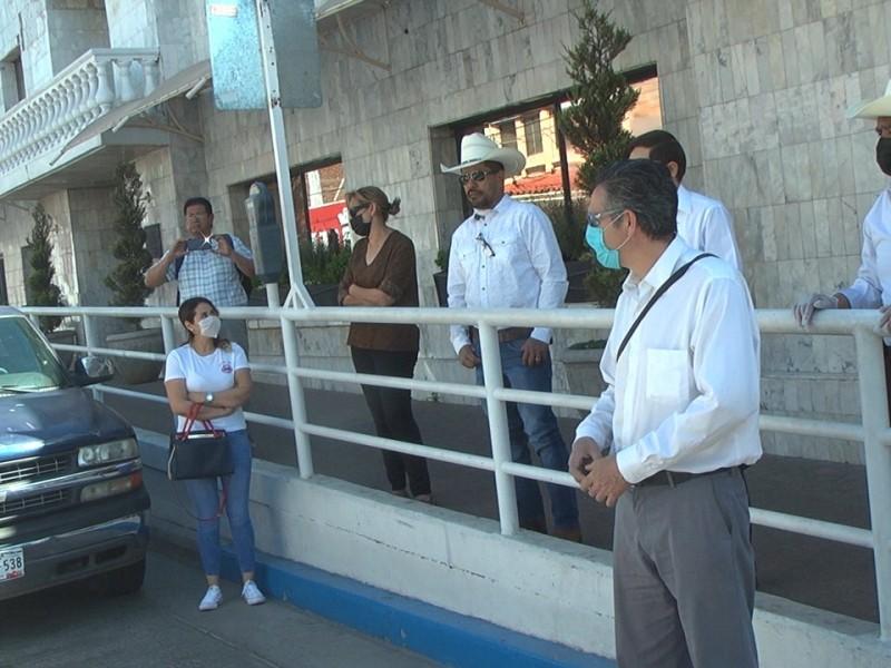 Comerciantes se manifiestan en palacio municipal por solicitud de apoyos