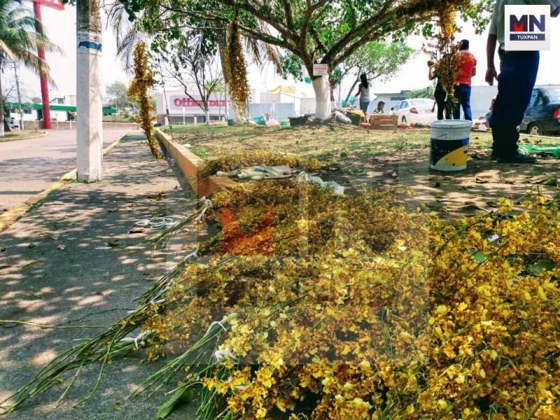 Comercios ataviados del amarillo intenso de la flor Santa Cruz