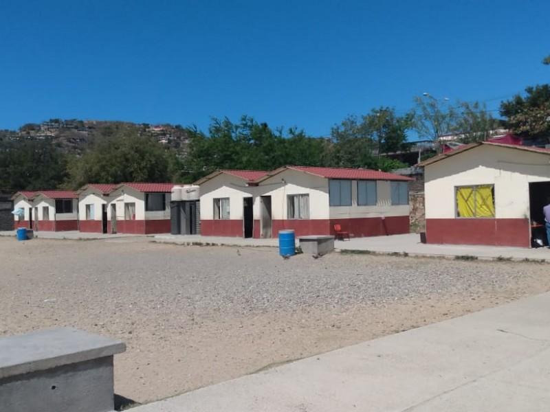 Comité de padres de familia comercializan estructuras de salones provisionales