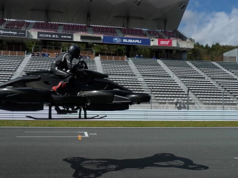 Compañía japonesa presenta futurista moto voladora