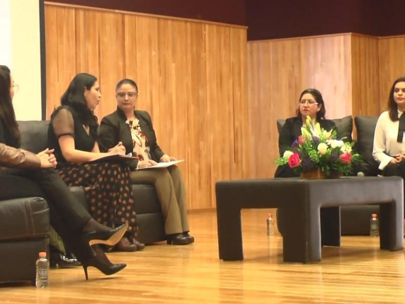 Comparten testimonios en conversatorio