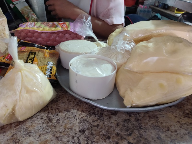 Competencia desleal afecta producción de queso