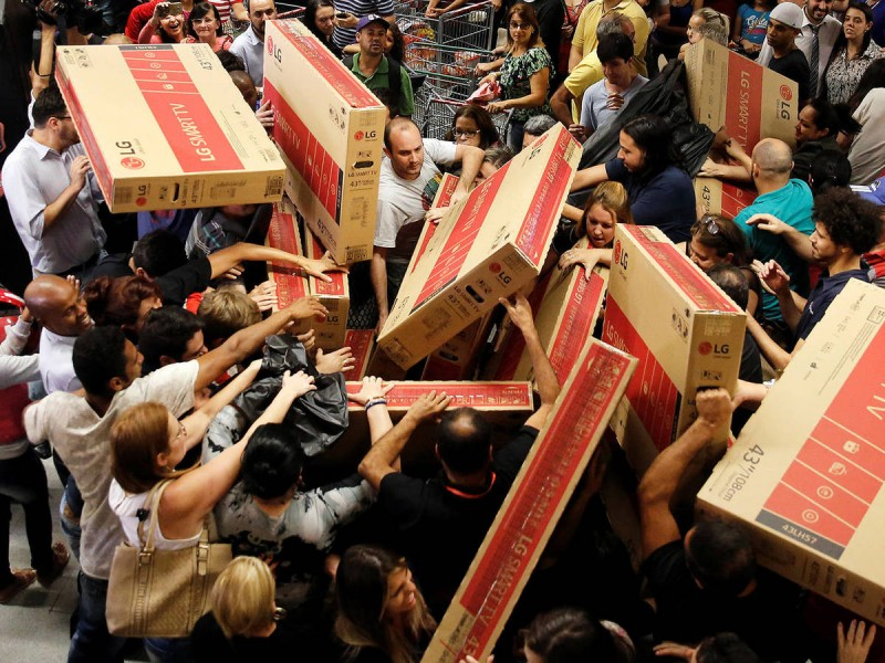 Compradores abarrotan tiendas de EUA en
