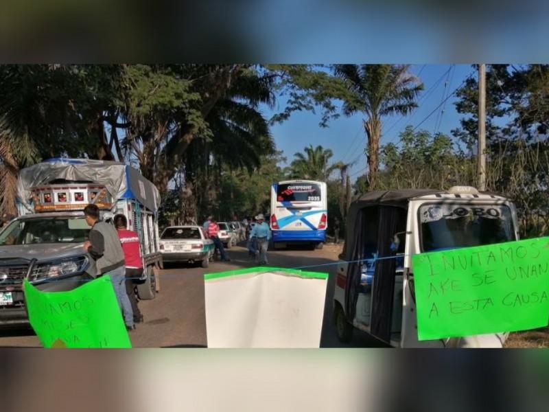 Comunero bloquean carretera; piden agua potable