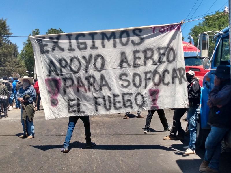 Comuneros bloquean carretera Jacona-Los Reyes, piden apoyo para sofocar incendio