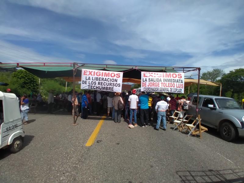 Comuneros con bloqueo carretero exigen condiciones dignas para vivir
