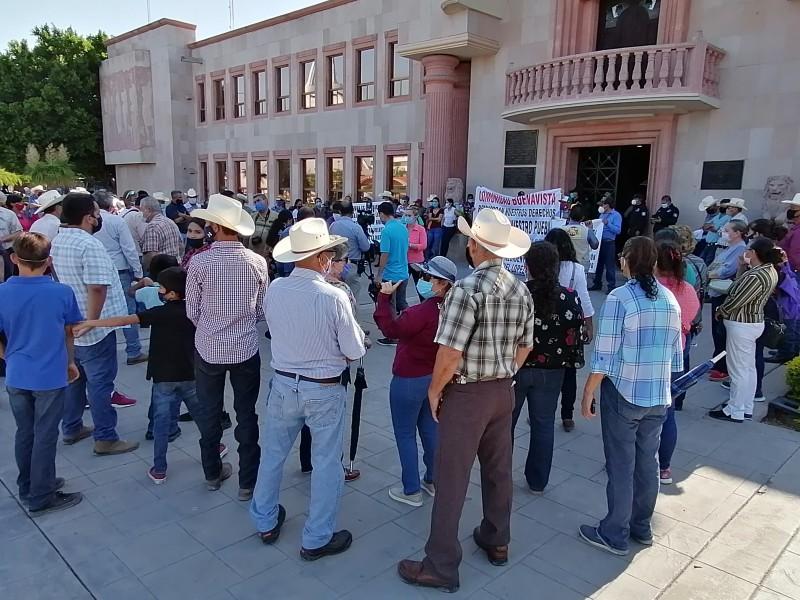 Cientos de personas frente a palacio municipal exigen protección