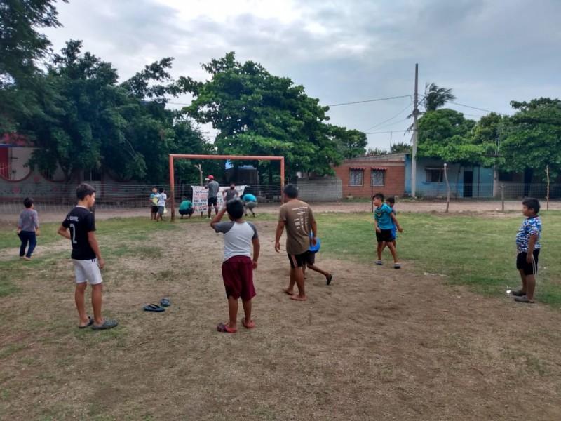 Con actividades deportivas buscan defender cancha de futbol