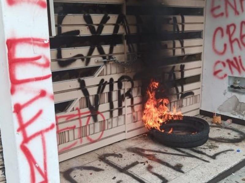 Con actos vandálicos normalistas rechazan examen de manera virtual