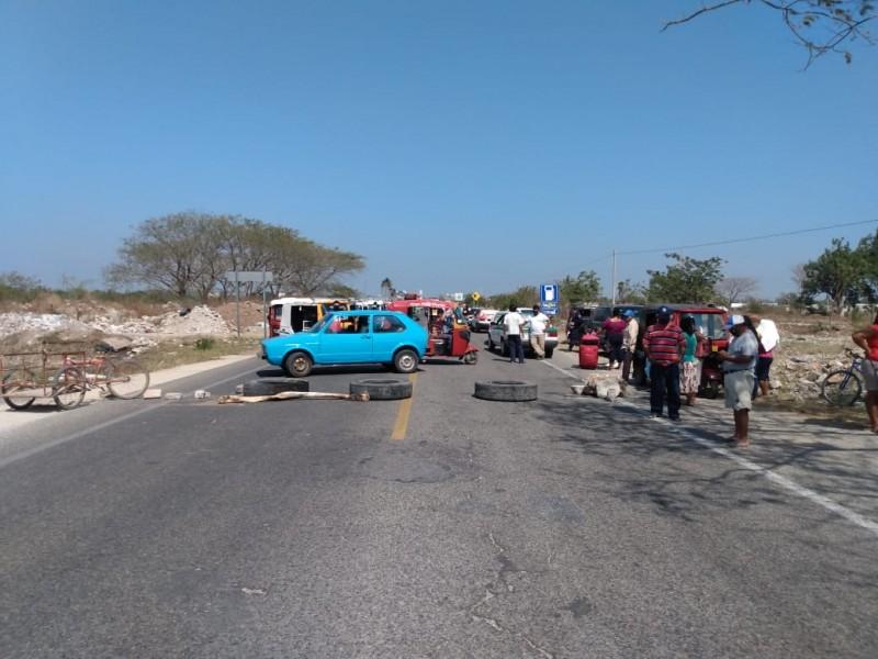 Con bloqueo carretero demandan pago de siniestro de cultivos