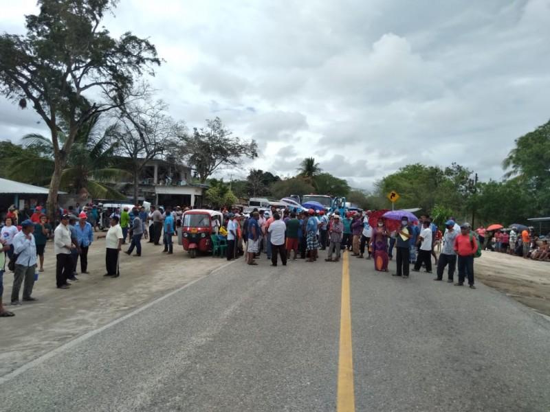 Con bloqueo carretero exigen transparencia en obra municipal; Coyul Huamelula