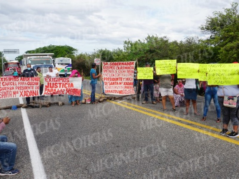 Con bloqueo carretero piden censo de vivienda en Xadani, Oaxaca