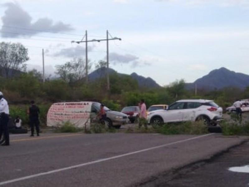 Con bloqueo carretero piden reconocimiento de director de Preparatoria No.4