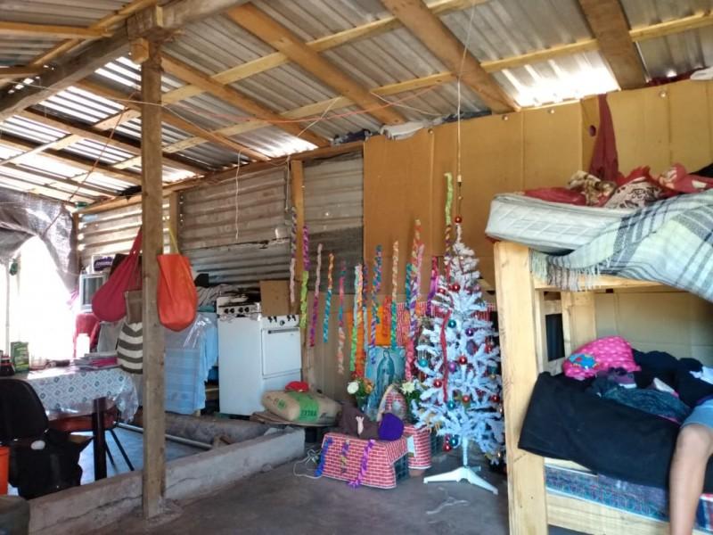 Con cartones cubrirán su casa para cuidarse del frío
