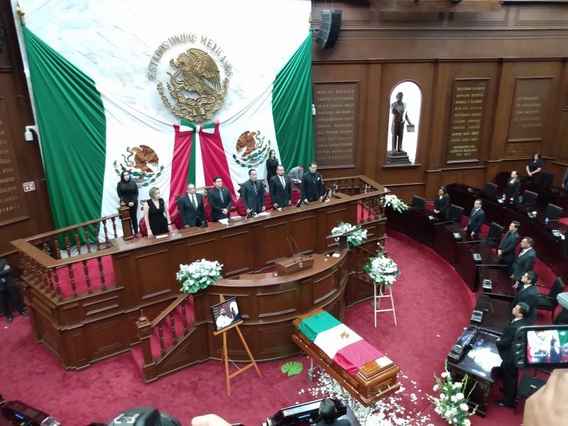 Con ceremonia despiden diputados a Erik Juárez Blanquet