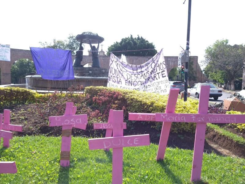 Con cruces rosas exigen justicia para víctimas de feminicidio