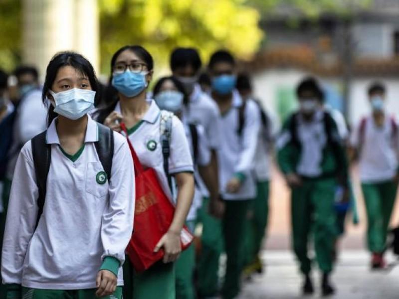 Con cubrebocas y miedo, alumnos vuelven a clases en China