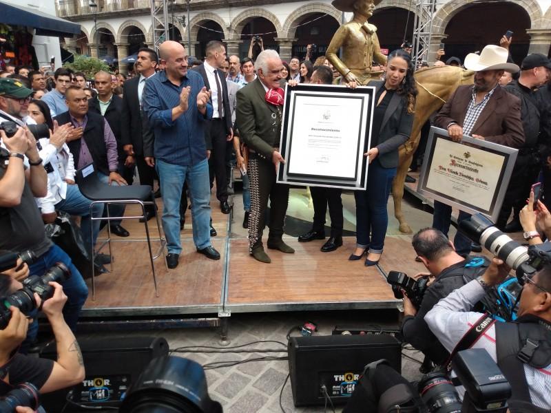 Con estatua reconocen trayectoria de Vicente Fernández