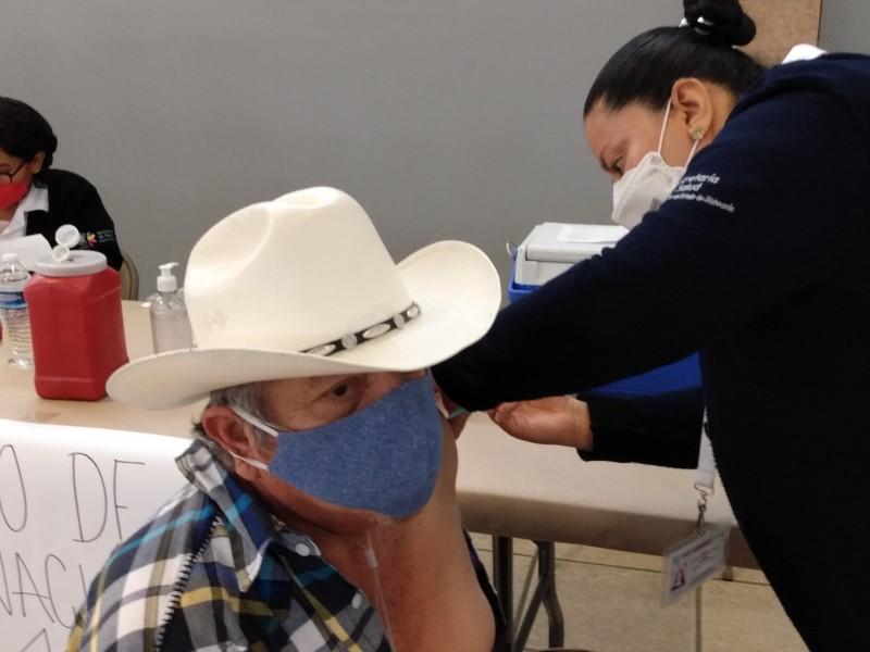 Con incertidumbre y largas filas inicia vacunación anti-COVID en Jacona