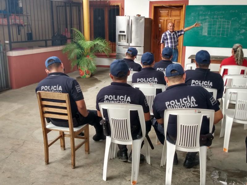 Con ingresos municipales equipan a policías en Mixtequilla