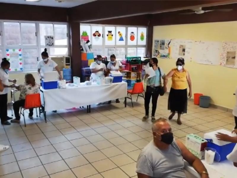 Con largas filas, inician vacunación en Técpan y San Jerónimo