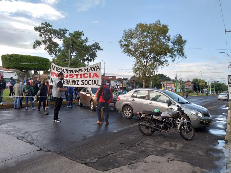 Con marcha y bloqueo de calles, trabajadores exigen pago