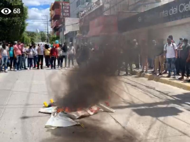 Con protestas, piden a políticos no usar caso Ayotzinapa