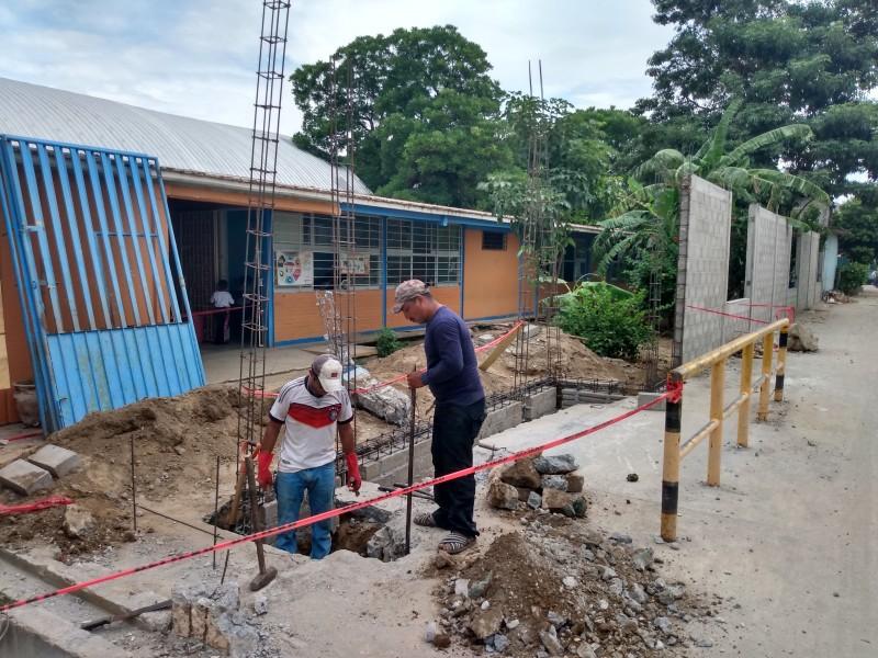 Con recursos propios padres reconstruyen bardas de escuelas