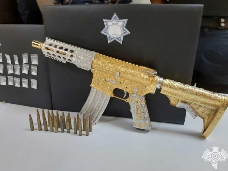 """Con rifle bañado en oro cae líder de """"Las bigotonas"""