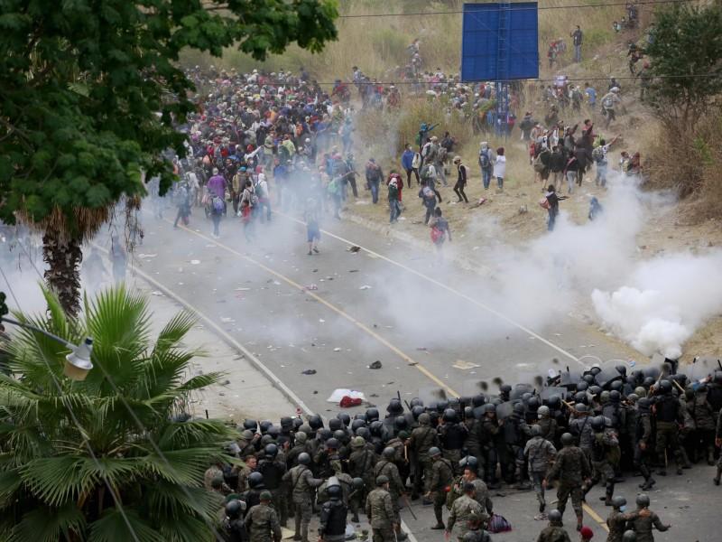 Con violencia, dividen caravana migrante en Guatemala